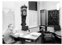 Ambtenaar aan het werk in Kloosterburen
